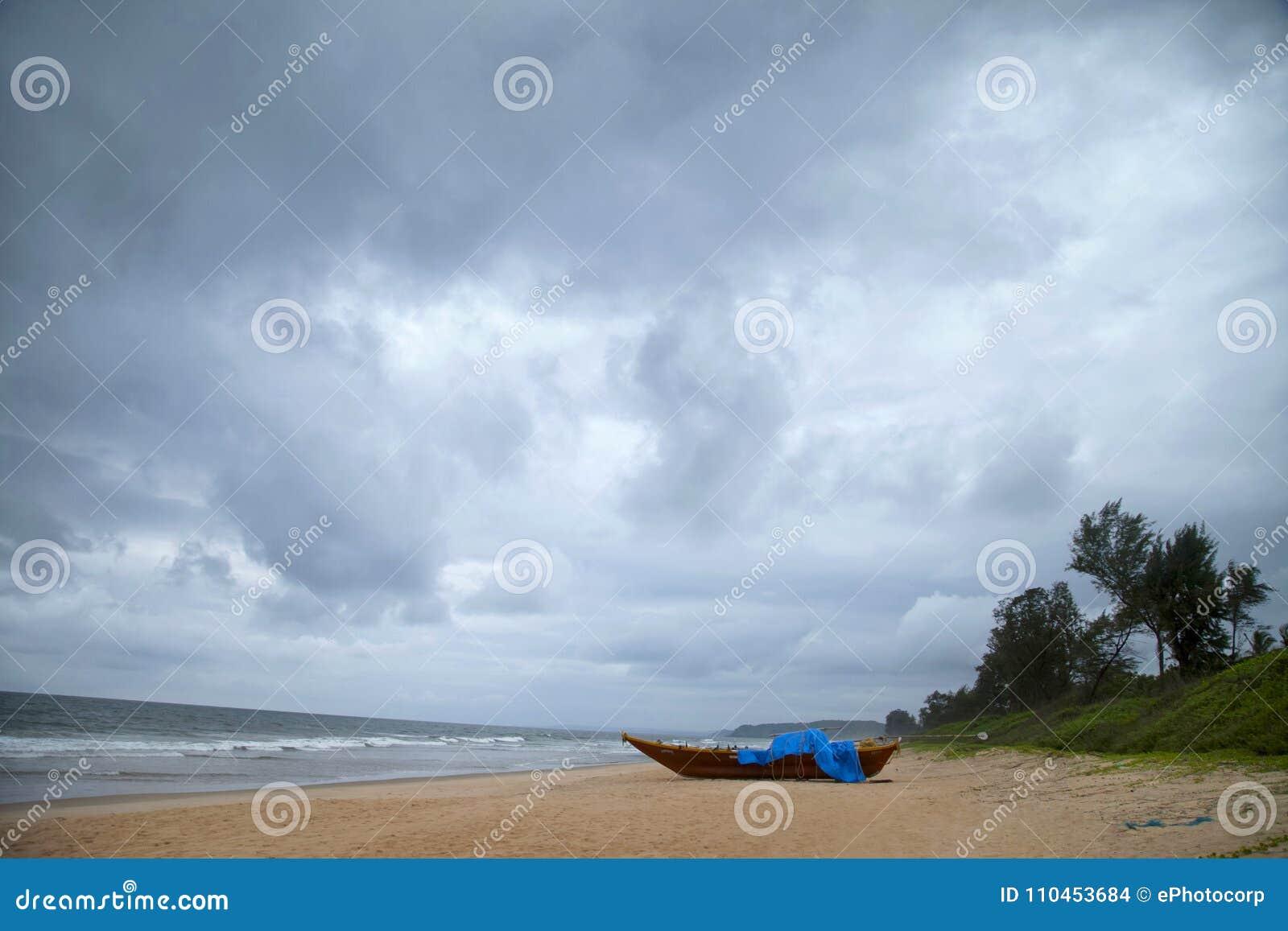 Diveagar strand med fartyget på en molnig dag