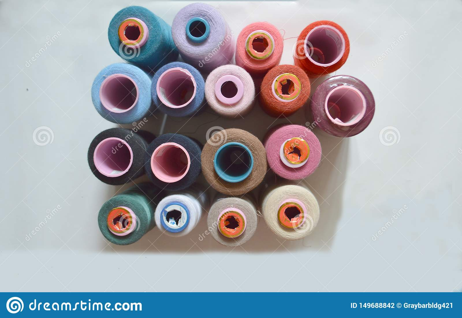 Divers fils color?s pour l usine de tissu, tissant, production de textile, industrie du habillement