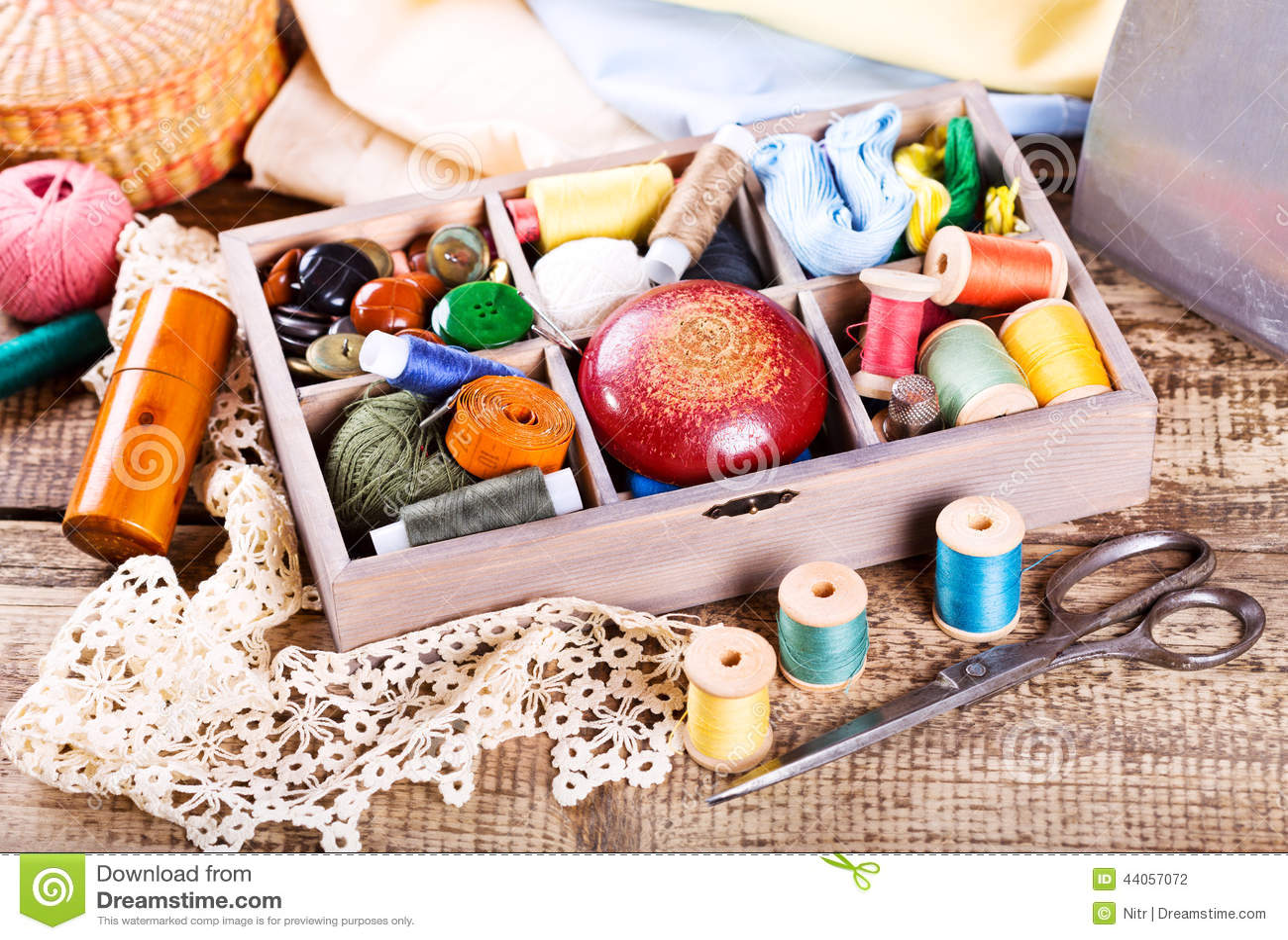 Divers fils et outils de couture dans la bo te photo stock image 44057072 - Maison couture et fils ...