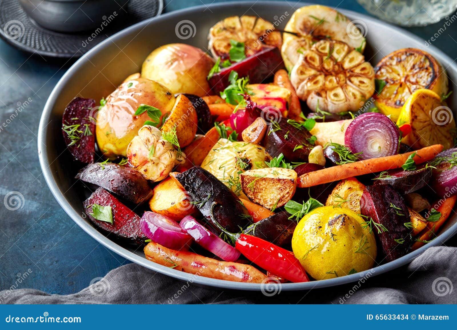 Divers fruits et légumes rôtis