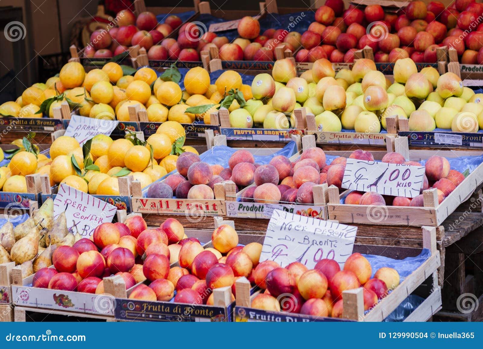 Divers fruits frais colorés sur le marché de fruit, Catane, Sicile, Italie