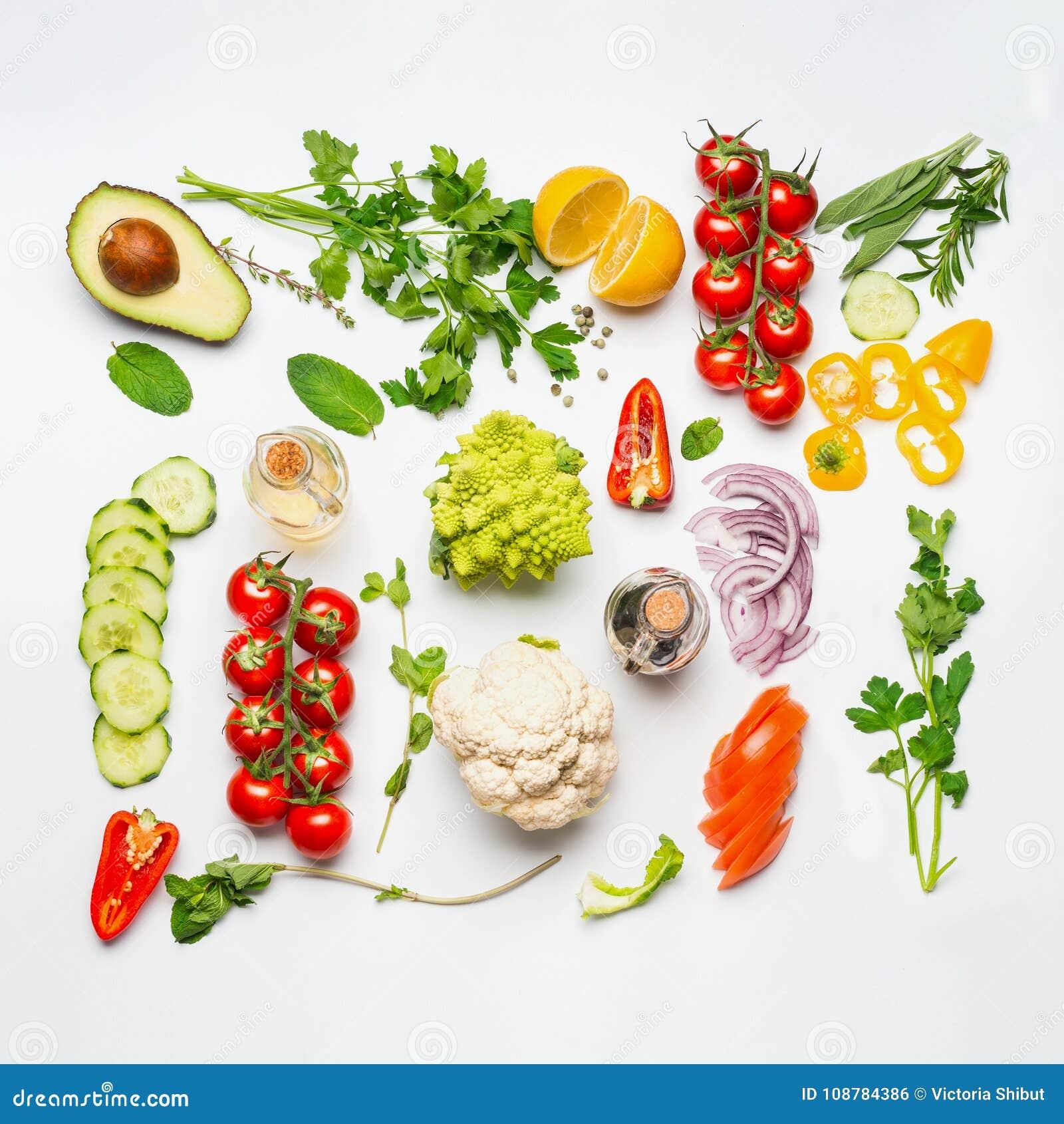 Divers ingrédients de légumes de salade sur le fond blanc, vue supérieure, configuration plate Consommation propre saine