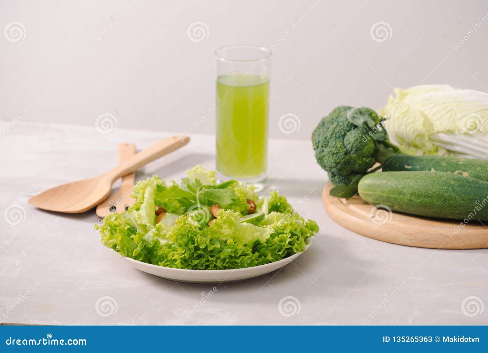 Divers ingrédients organiques verts de salade sur le fond blanc Mode de vie ou concept sain de nourriture de régime de detox