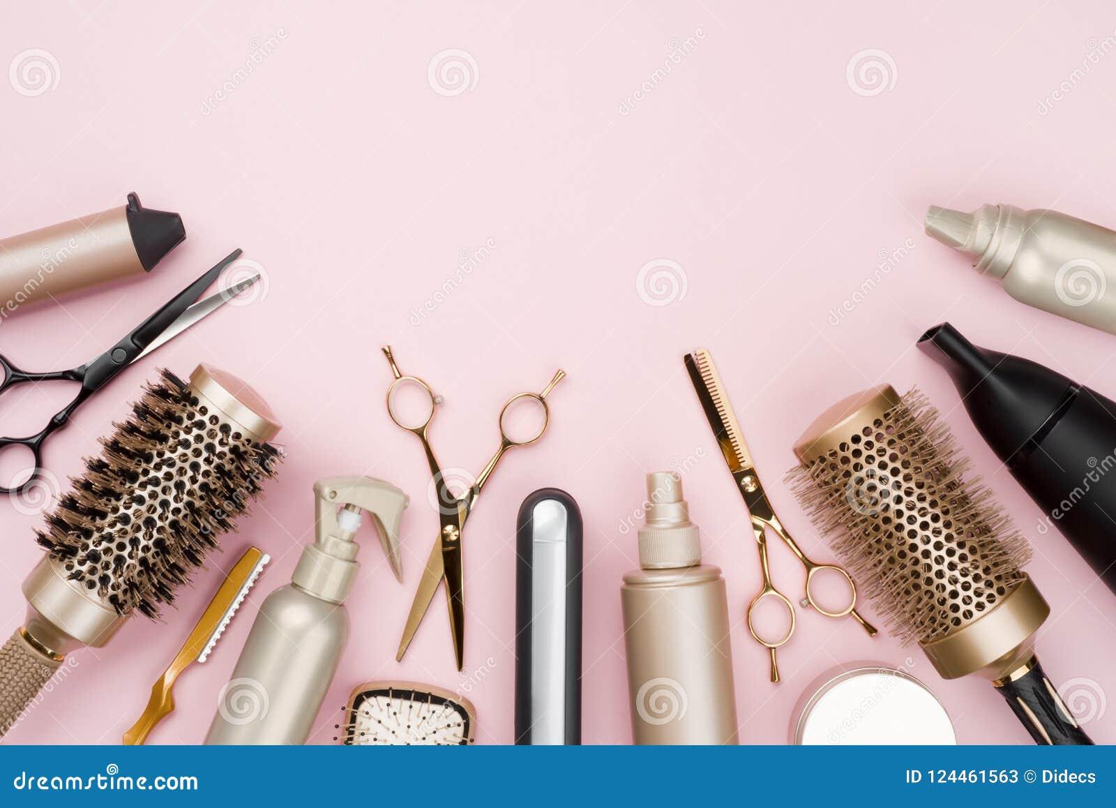Divers outils de raboteuse de cheveux sur le fond rose avec l espace de copie