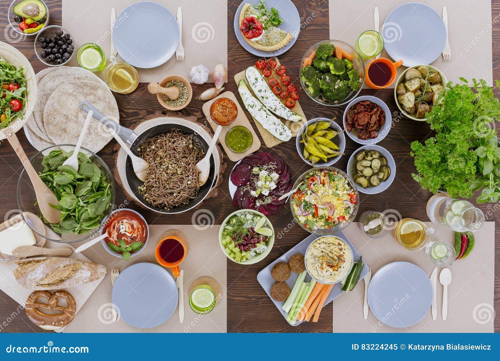Divers plats végétariens sur la table