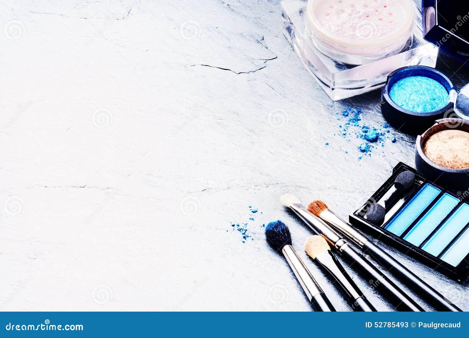 Divers produits de maquillage dans le ton bleu