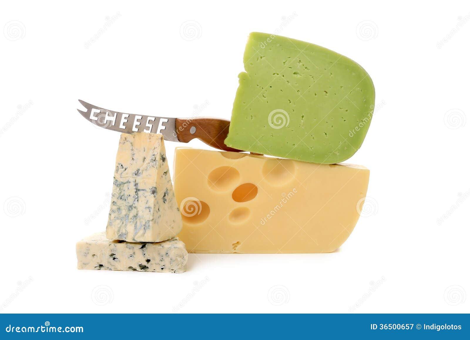 Divers types délicieux de fromage avec le couteau.