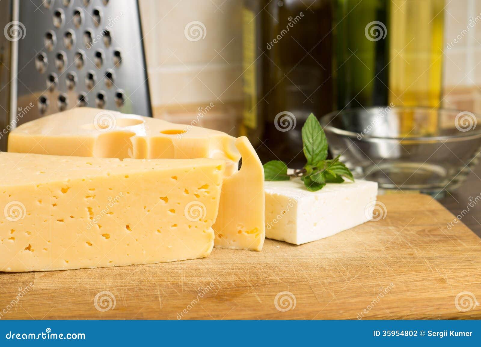 Diversa clase de queso en el tablero de madera
