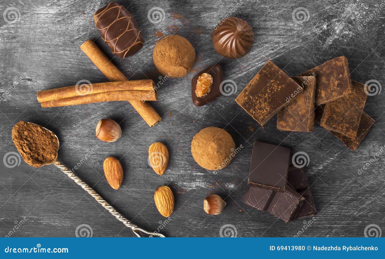 Diversa confitería: chocolate, caramelos en un fondo oscuro