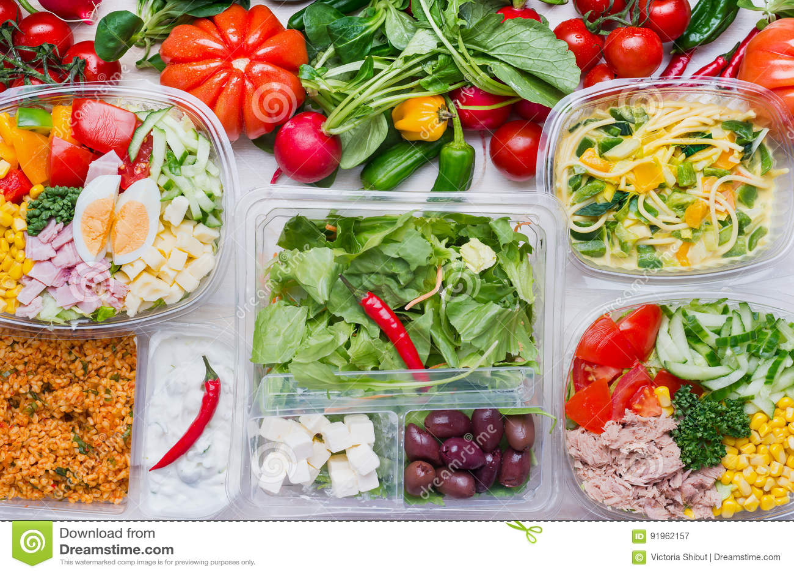 Diversa ensalada sana en los paquetes plásticos para el almuerzo de la dieta, visión superior Limpie el alimento biológico