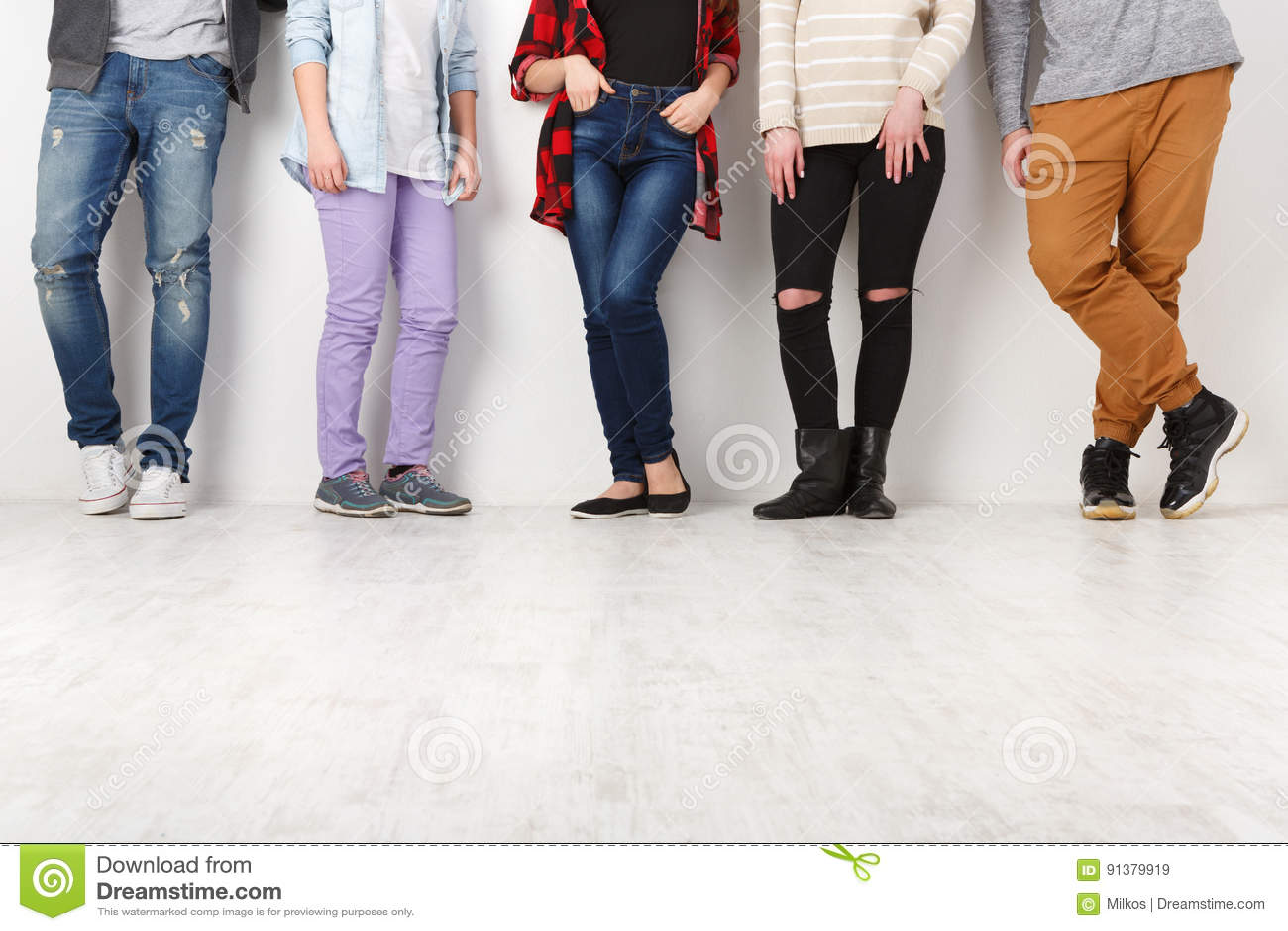 Diversa gente casuale che sta nella fila dell interno, il raccolto