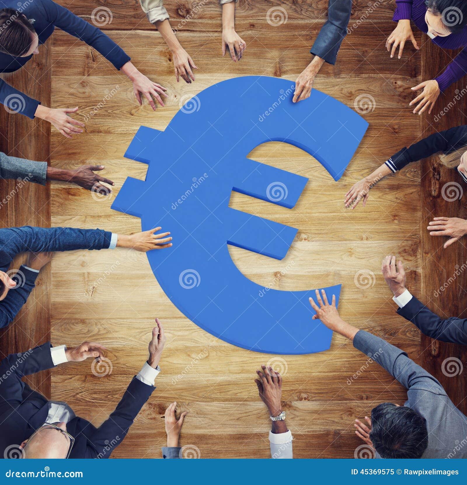 Diversa gente di affari intorno al simbolo di valuta
