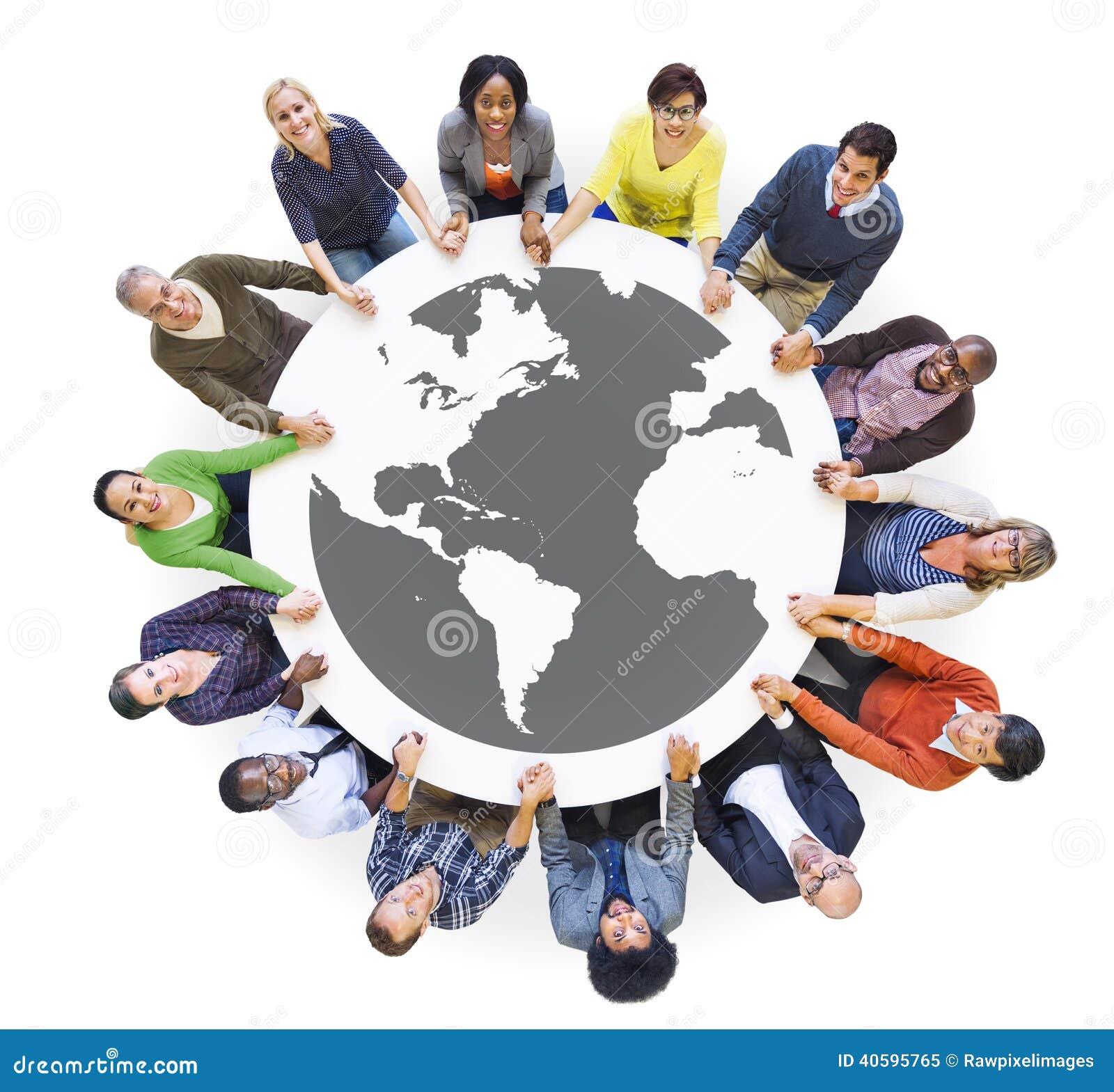 Diversa gente multietnica in un tenersi per mano del cerchio