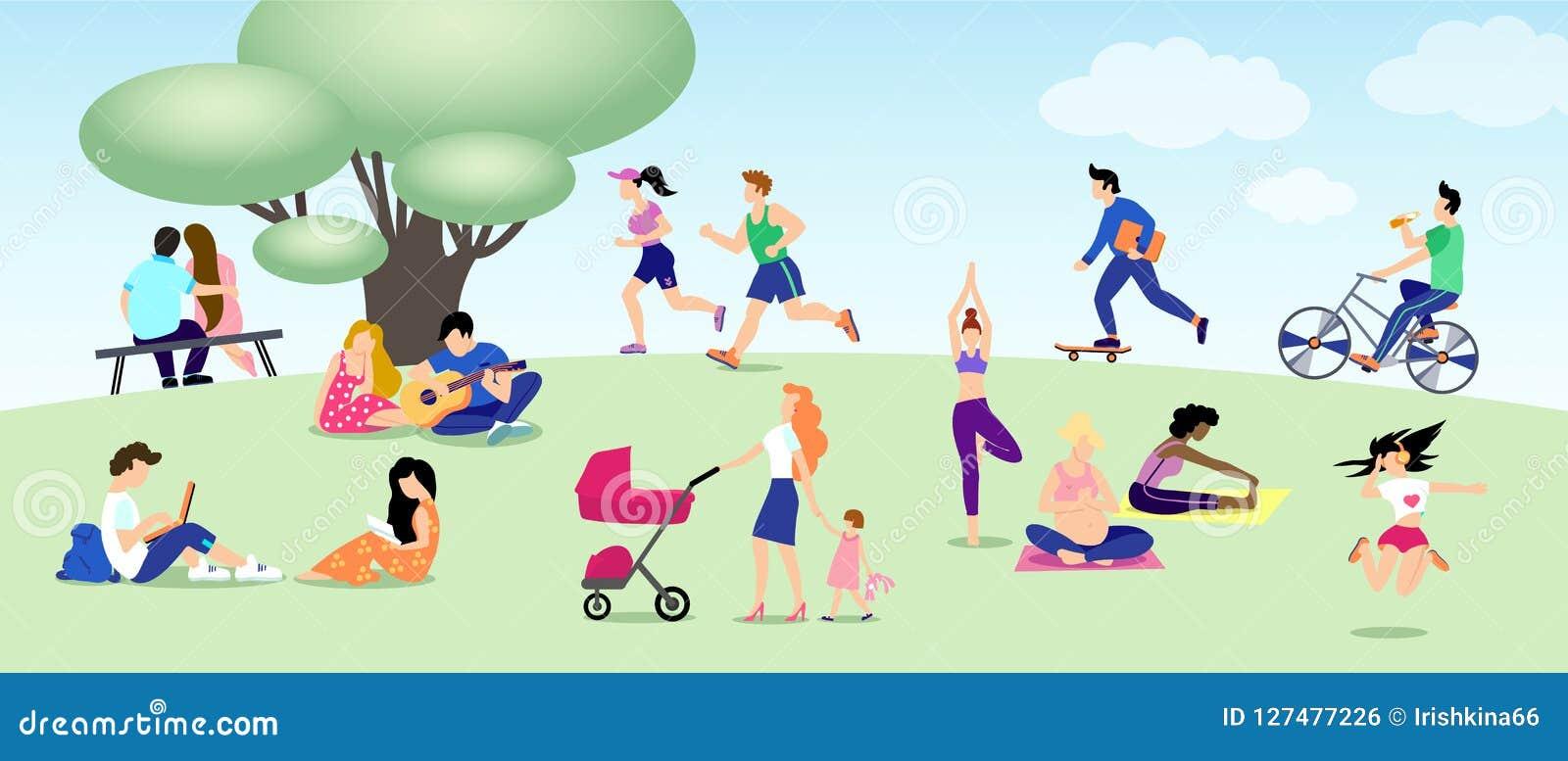 Diversa gente se relaja en parque, corre, bici del paseo, monopatín, amantes Mamá, yoga embarazada, muchacha con el libro, indivi