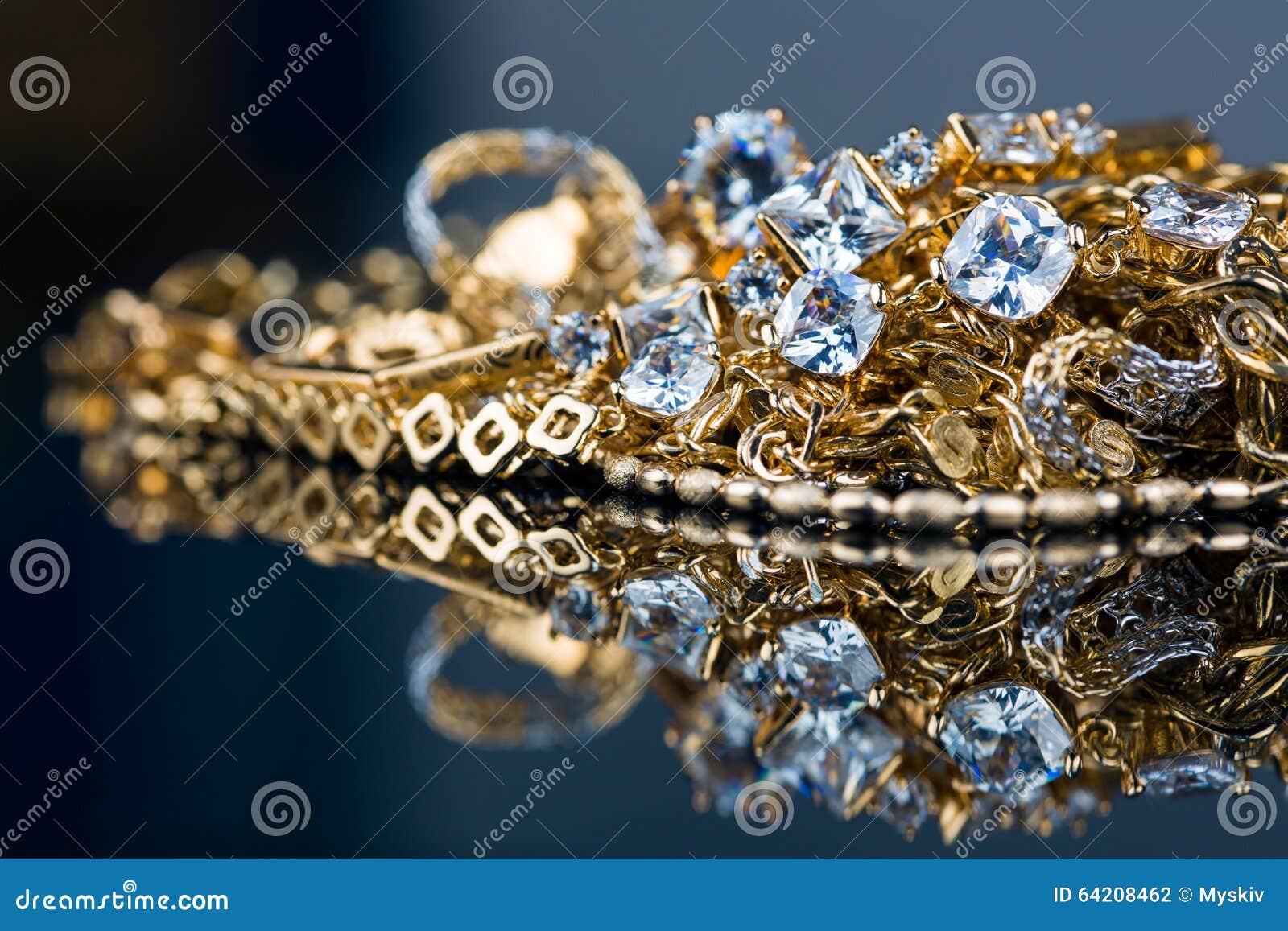 Diversa joyería del oro en fondo negro