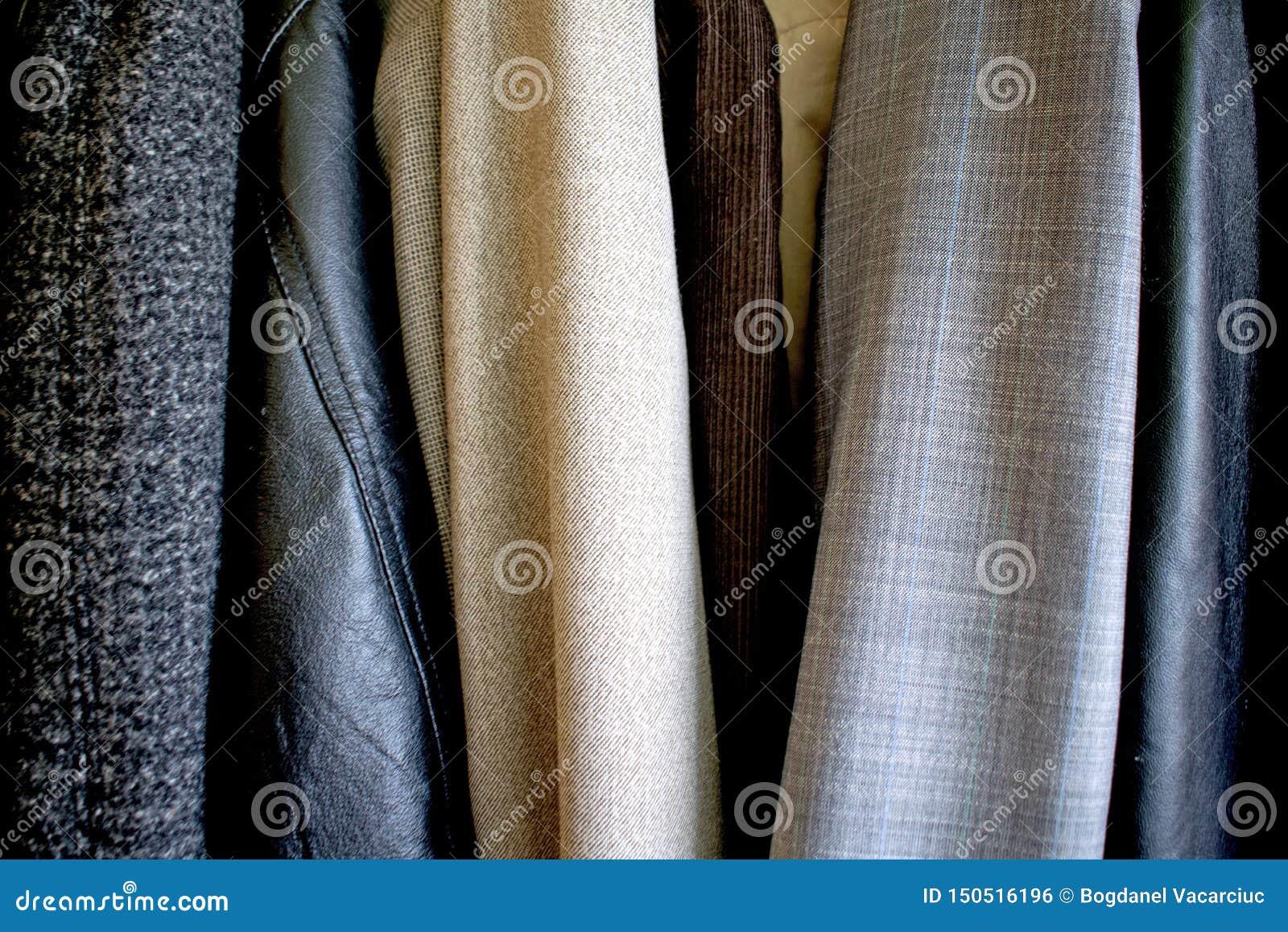 Diversa ropa colocada en el guardarropa Buena textura