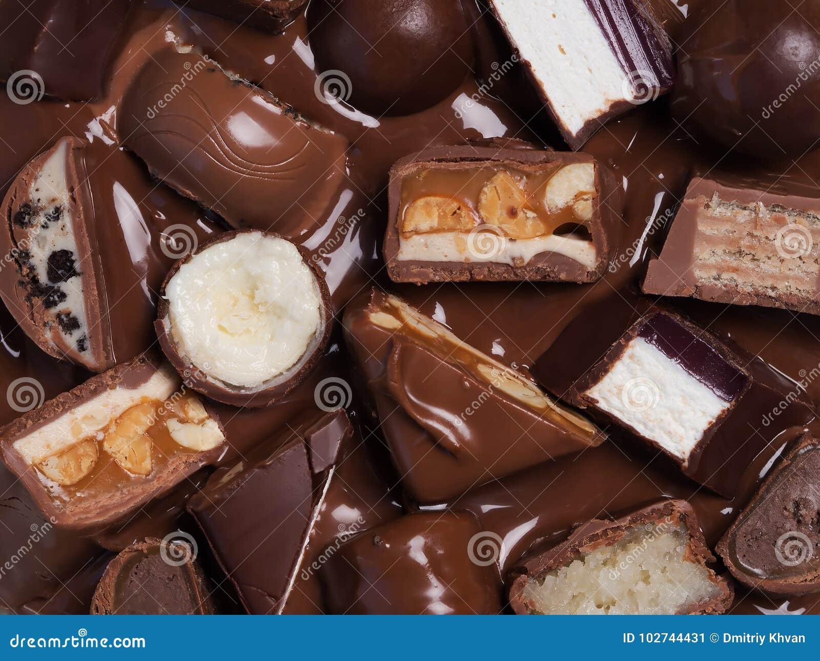 Diversas barras de chocolate del corte en el chocolate derretido, ofview superior, cl