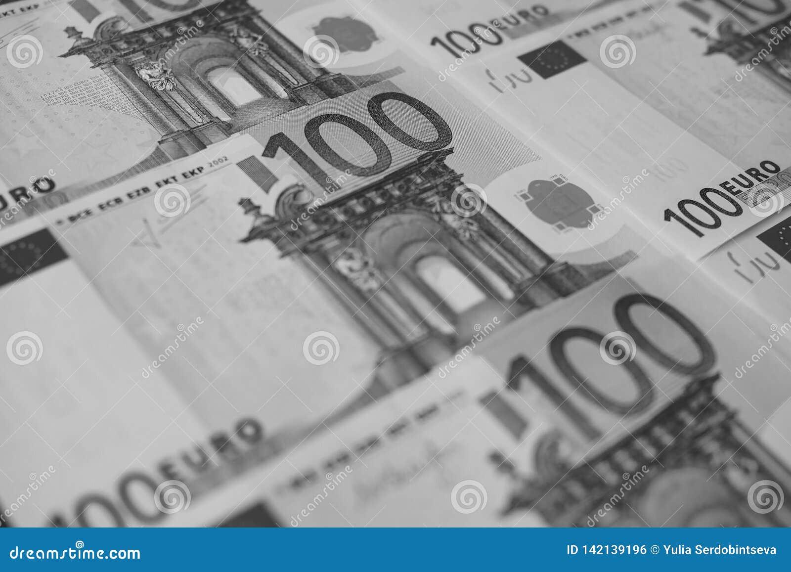Diversas cédulas de um close-up de 100 euro, monocromáticas