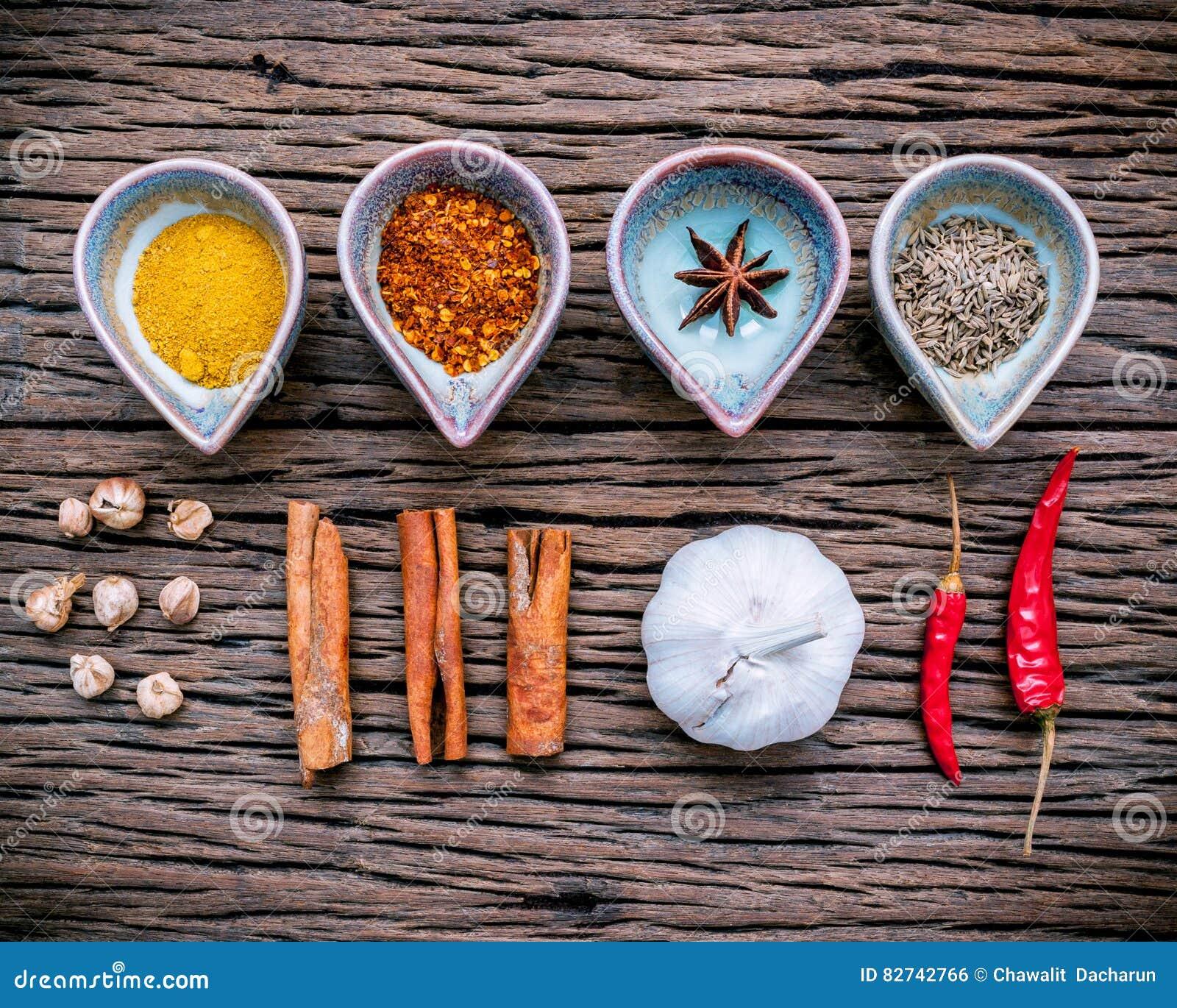 Diversas hierbas y especias en cuenco de cerámica Comida e ingr de la cocina