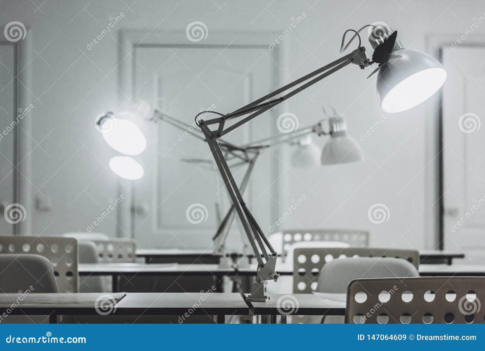 Diversas lâmpadas de mesa brancas, escritório, lâmpadas de mesa do escritório