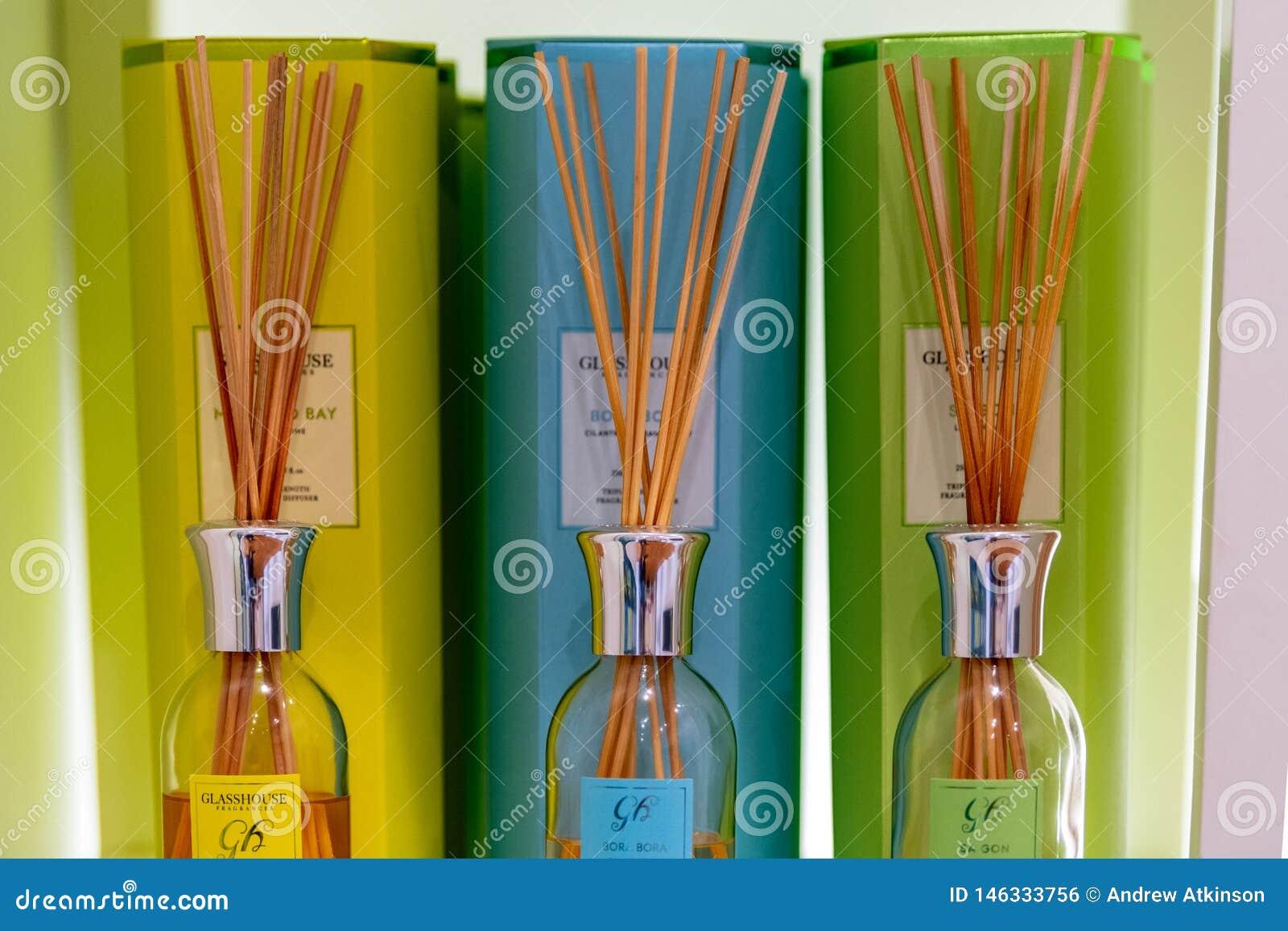 Diversas mechas coloreadas del aire del perfume en la exhibici?n en una tienda en su empaquetado