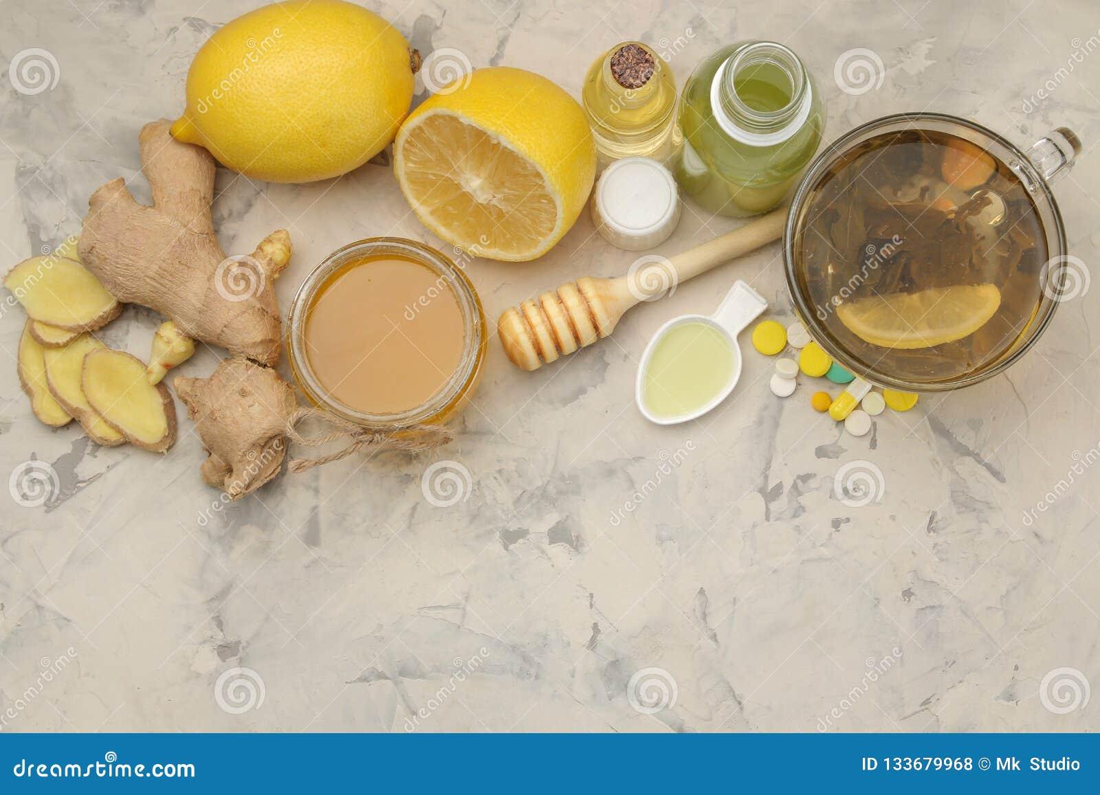 Diversas medicinas para el resfriado y medicinas anticatarrales en una tabla de madera blanca frío enfermedades frío Visión desde
