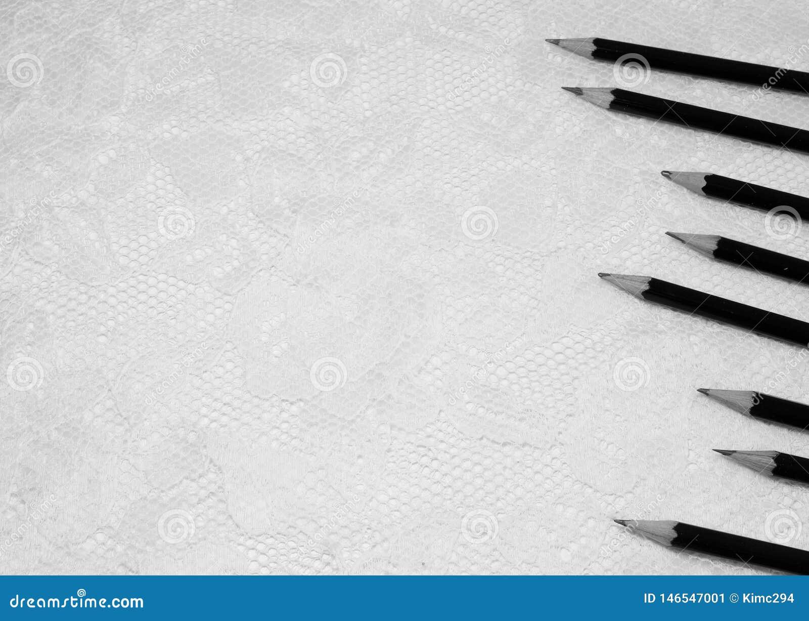 Diversas mostras de esboço dos lápis em lenghts diferentes no lado direito da imagem