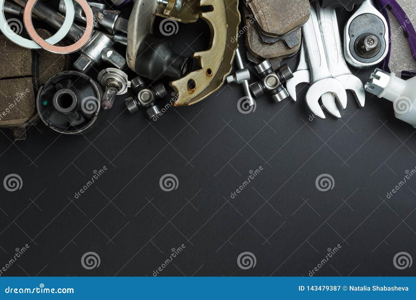 Diversas piezas y herramientas del coche