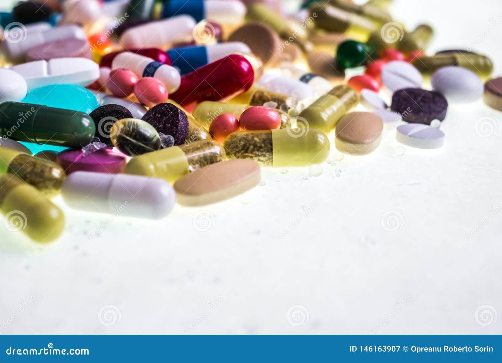 Diversas tabletas, c?psulas, drogas de la terapia y p?ldoras multicoloras farmac?uticas