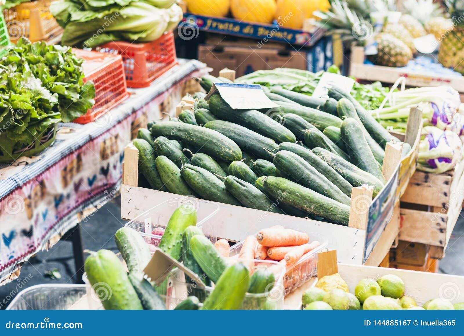 Diversas verduras frescas coloridas en la mercado de la fruta, Catania, Sicilia, Italia
