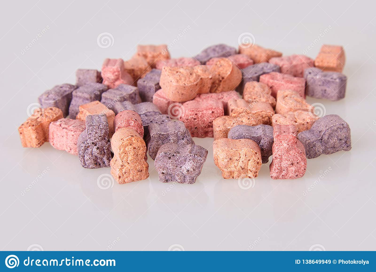 Diversas vitaminas para los niños en un fondo blanco
