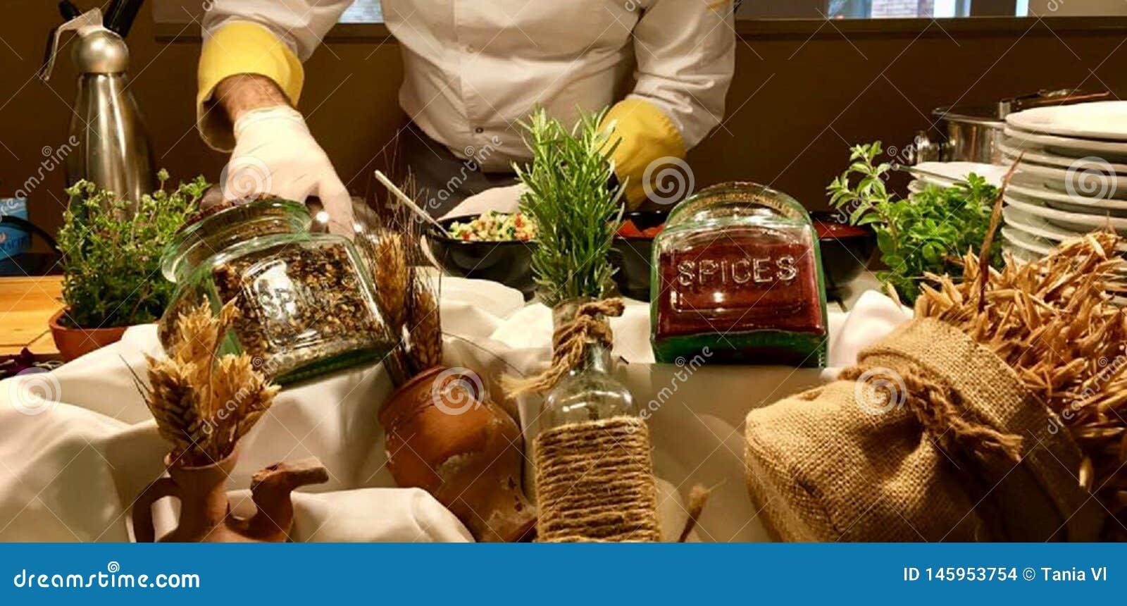 Diverse additieven aan verschillende schotels, aromatische kruiden