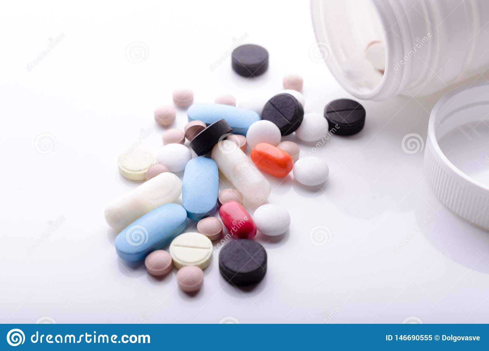 Diverse die pillen van een pillenfles worden verspreid