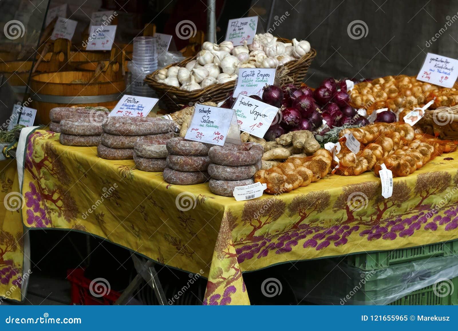 Diverse die voedingsmiddelen voor verkoop worden aangeboden
