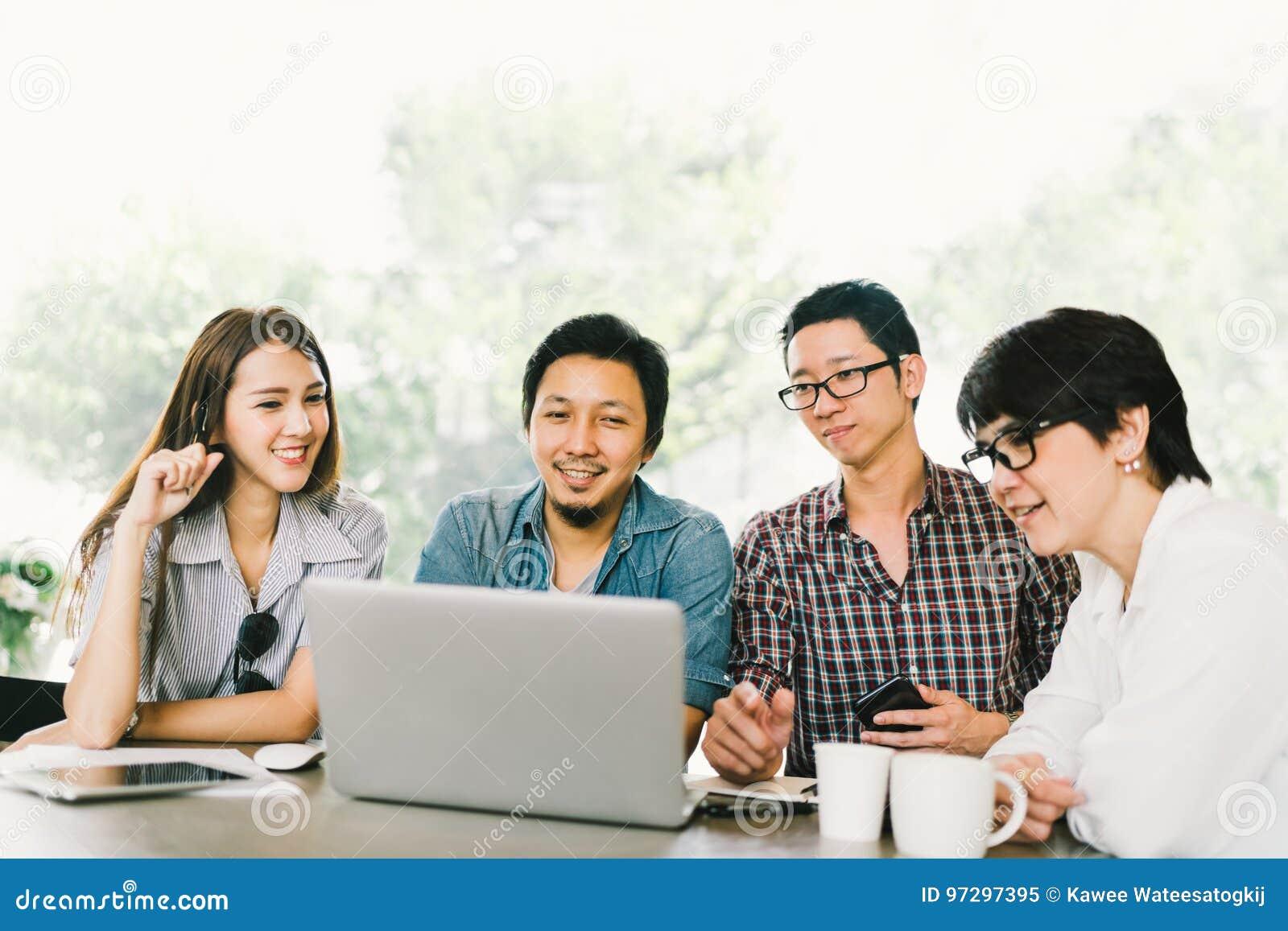 Diverse groep Aziatische bedrijfsmedewerkers of studenten die laptop in team toevallige vergadering met behulp van, startprojectb