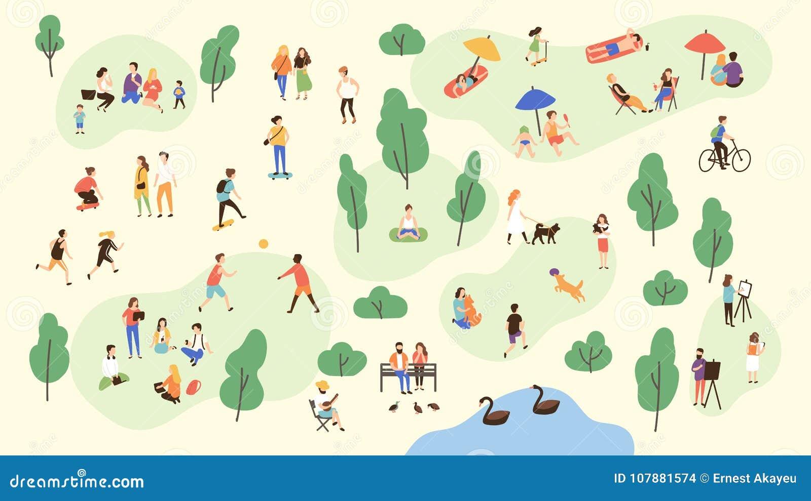 Diverse mensen die bij park vrije tijds openluchtactiviteiten uitvoeren die - met bal, het lopen hond spelen, die yoga en sporten