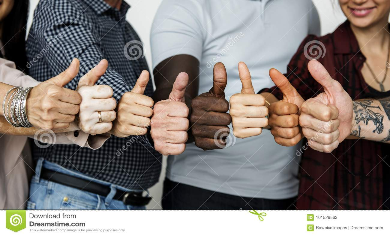 Diverse mensen die duimen tonen