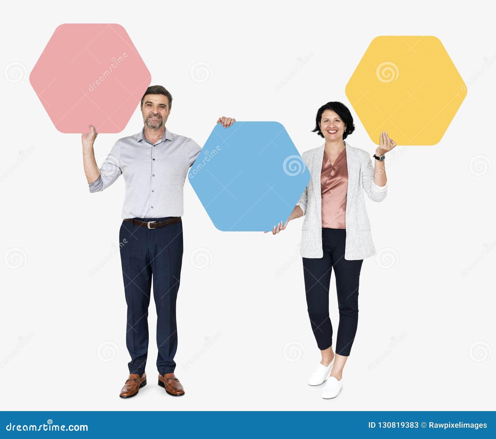 Diverse mensen die hexagon gevormde raad tonen