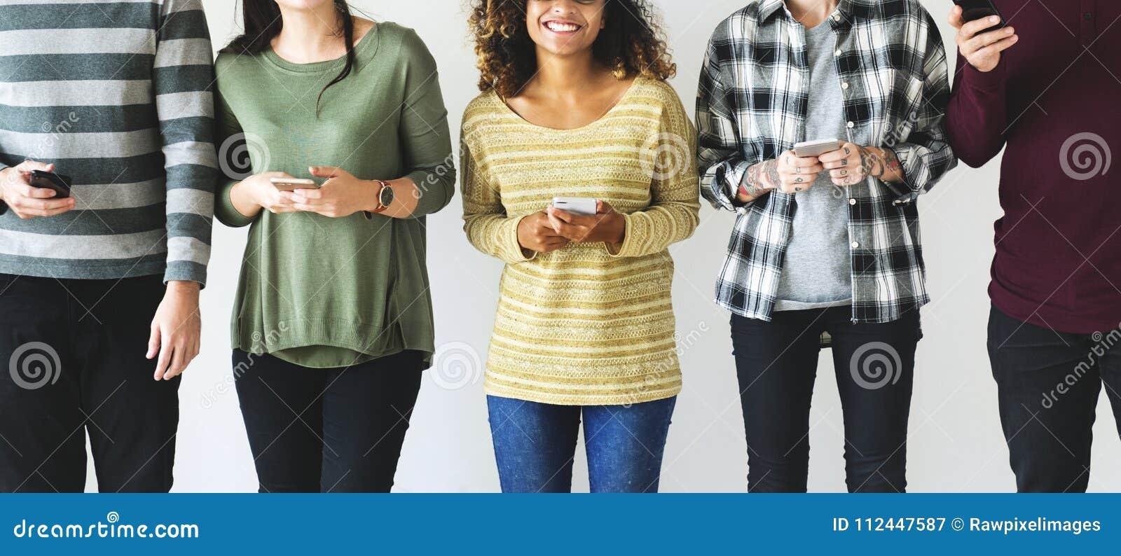 Diverse mensen die zich met hun in hand mobiles bevinden