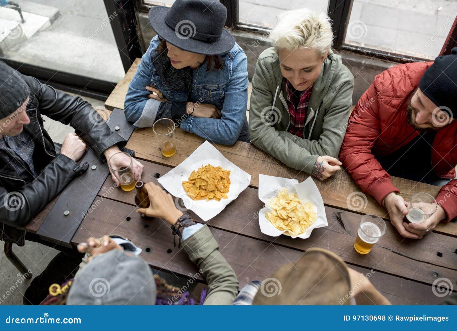 Diverse Mensen Hang Out Pub Friendship