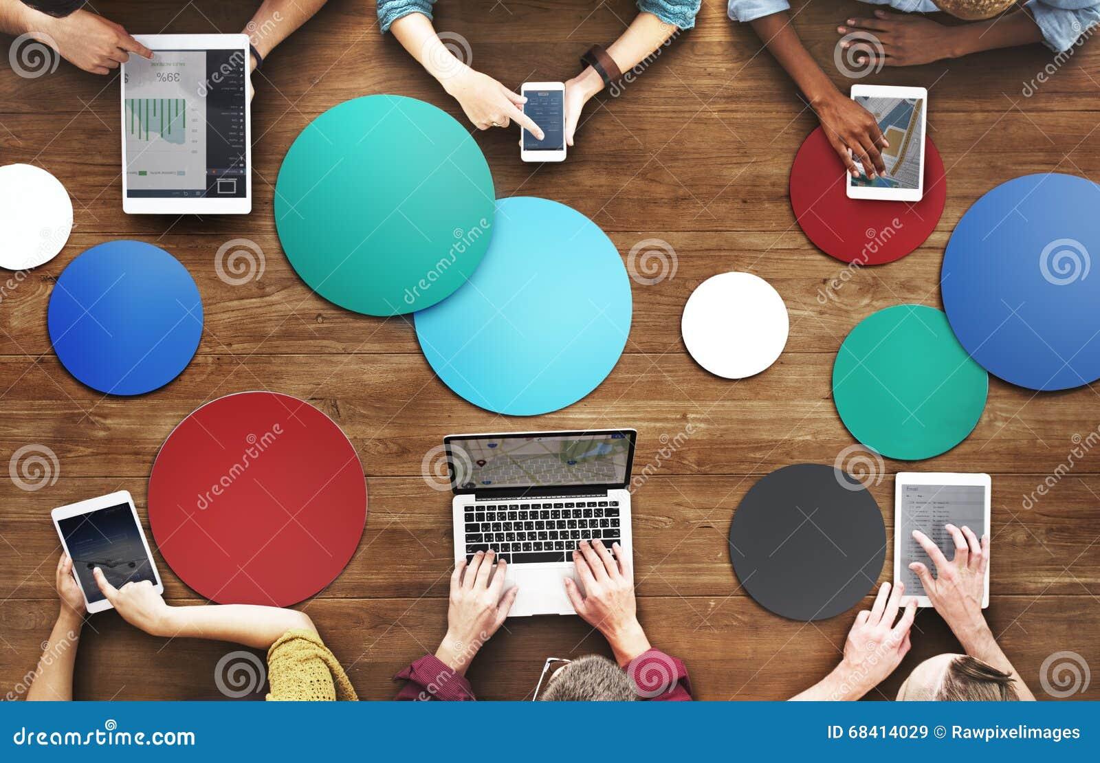Diverse Mensenhanden Team Busy Devices Concept