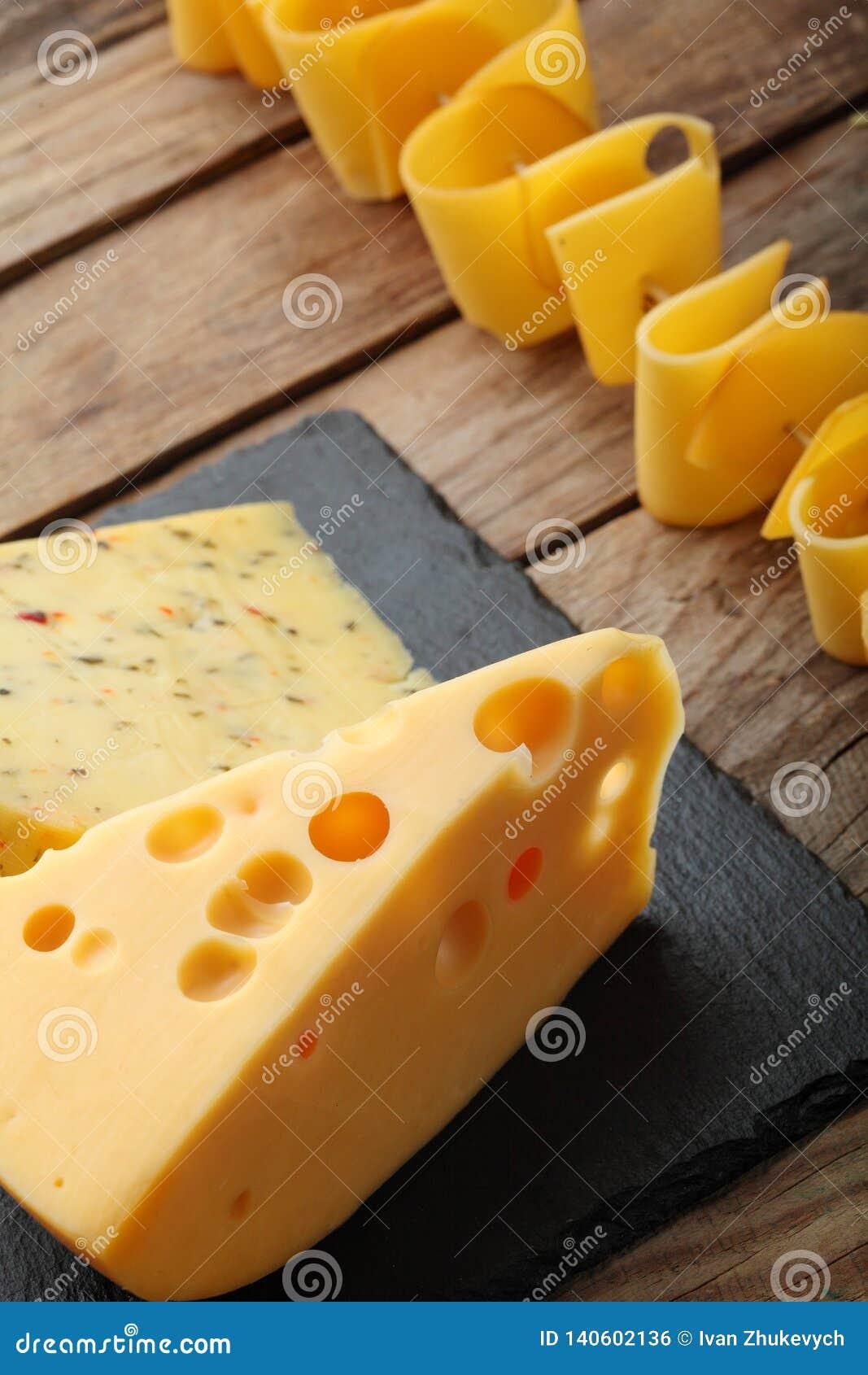 Diverse types van kaas op leiplaat De ruimte van het exemplaar Hoogste mening