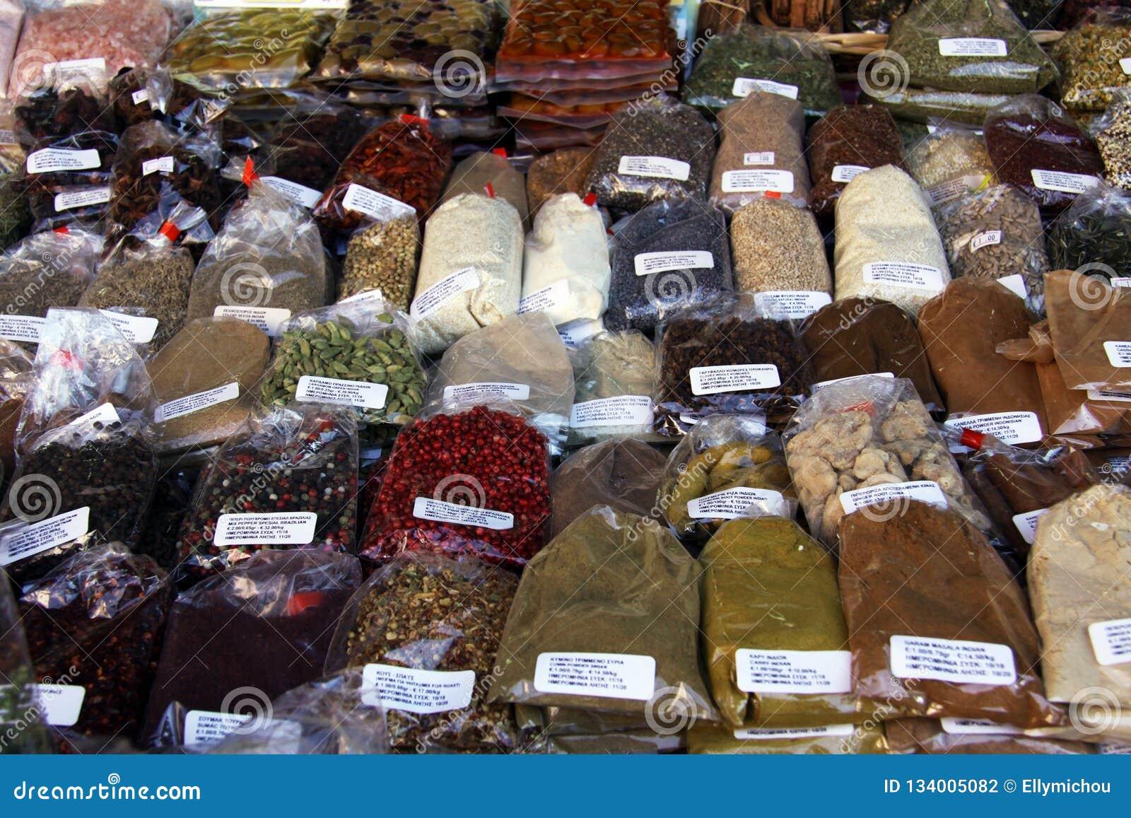 Diverses épices et herbes au marché