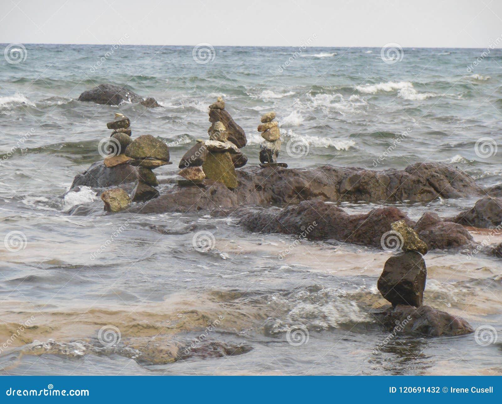 Diverses piles de roche des pierres rugueuses en mer