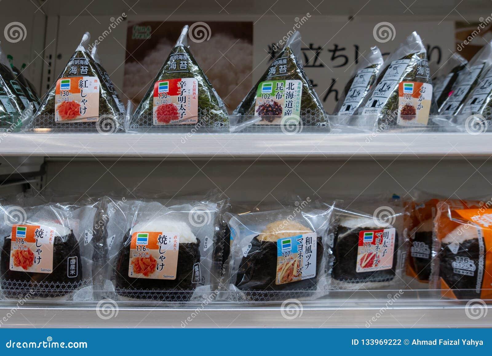 Diverses saveurs de l onigiri japonais de riz vendu au konbini de prise servitude de marché de famille à Osaka, Japon