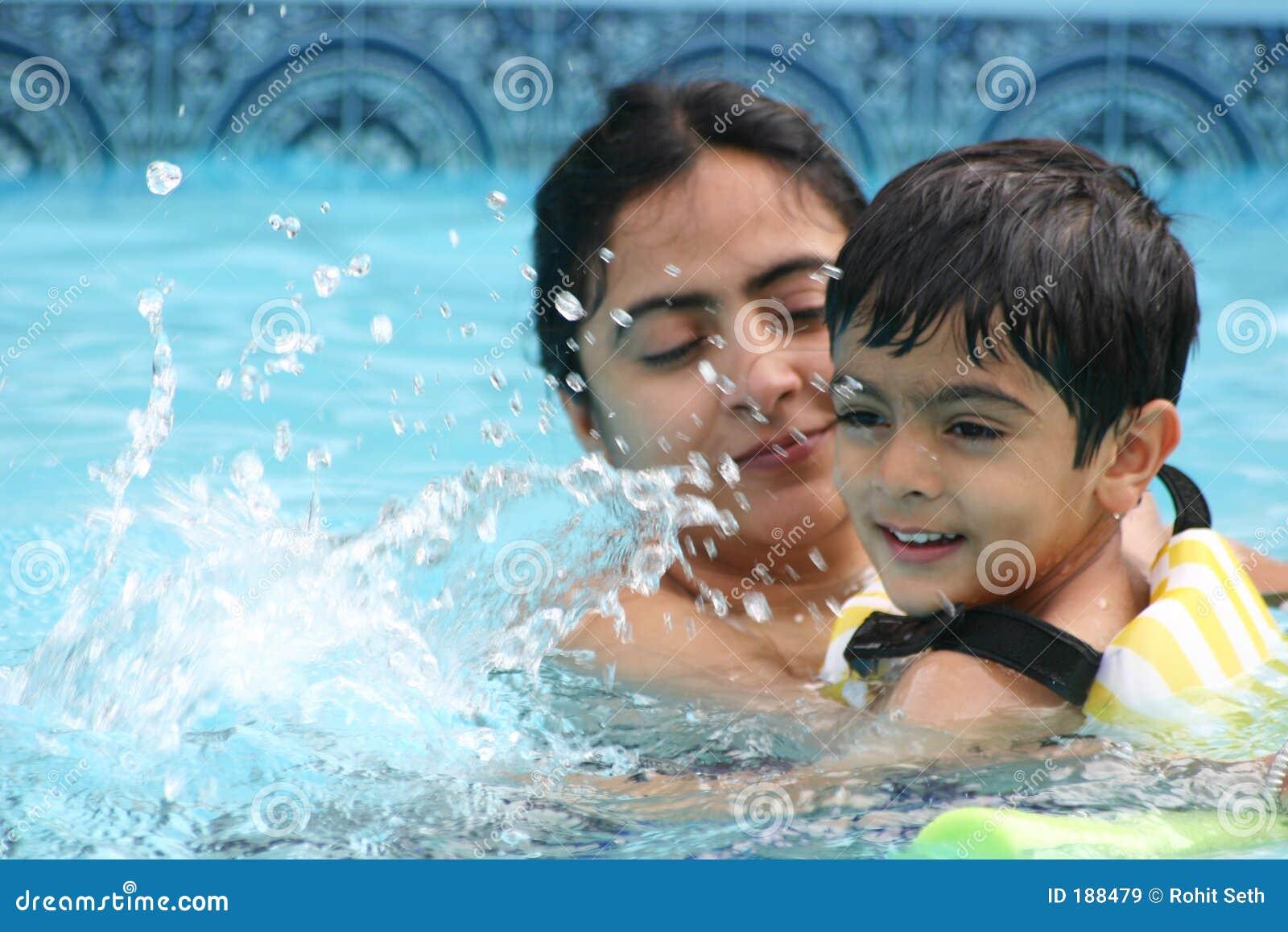 Diversión de la familia en la piscina