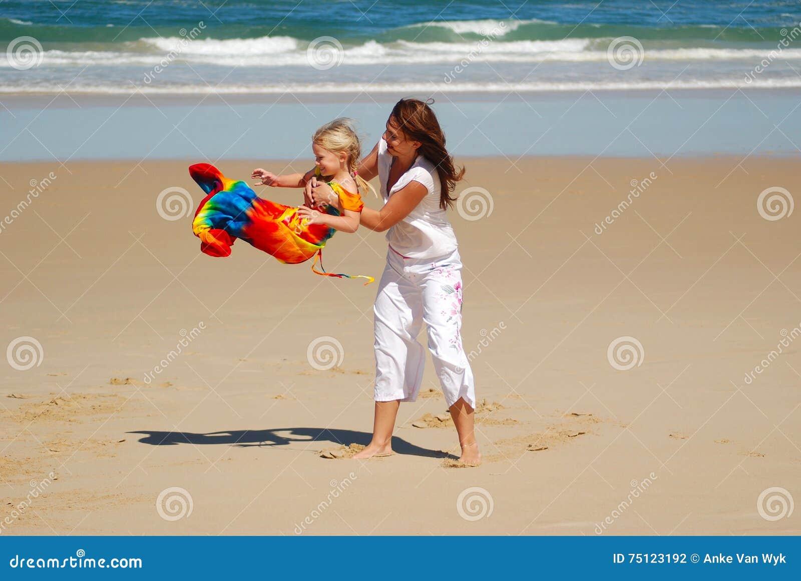 Diversión de la playa con la mamá