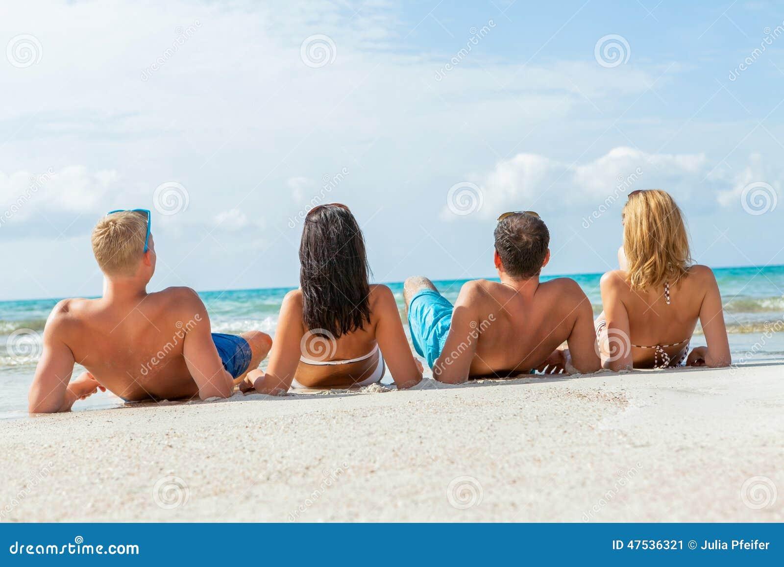 Diversión feliz joven del havin de los amigos en la playa