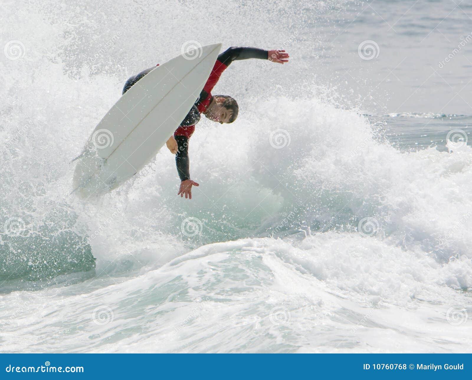 Diversión que practica surf