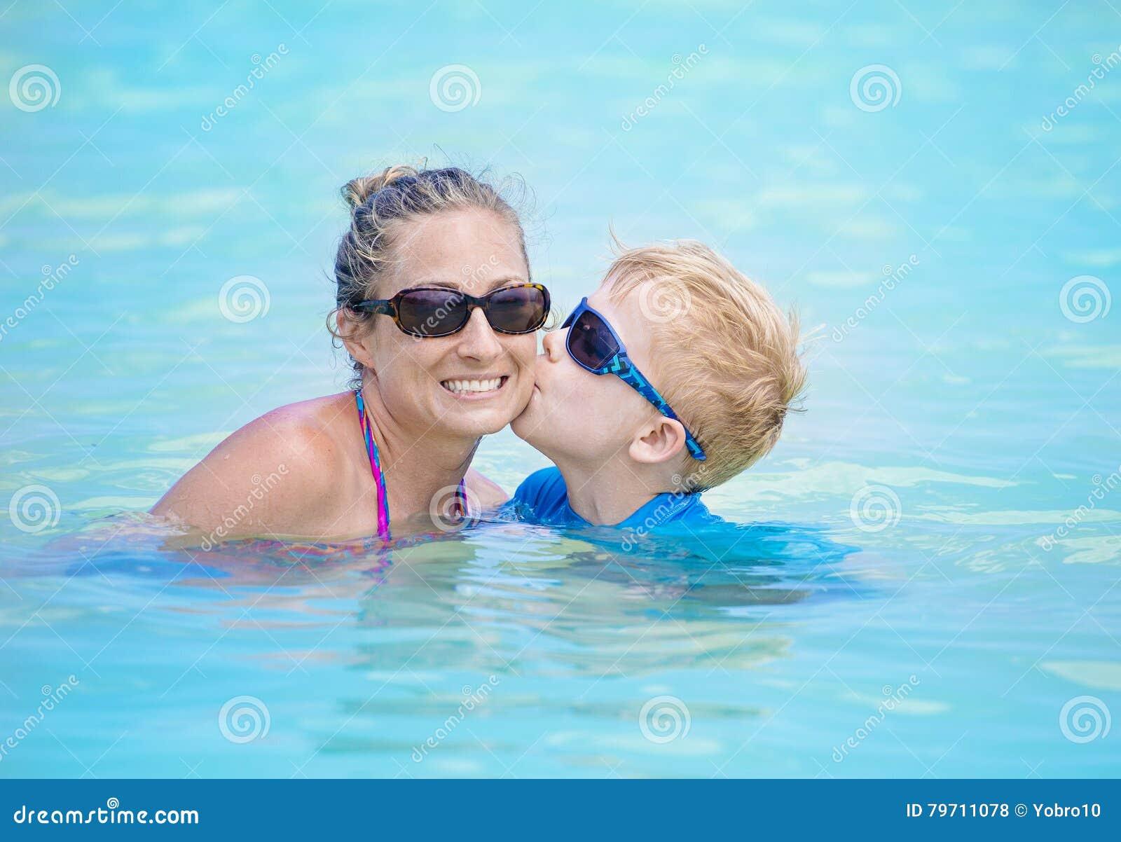 Diversi n de la familia del verano en la piscina foto de for Fotos en la piscina